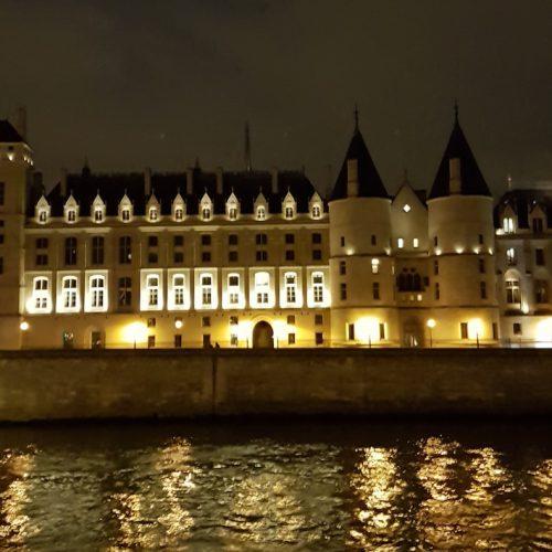 Voyage organisé en autocar pour visiter Paris, la ville lumière, durant toute une journée en groupe, une excursion ludique et culturelle